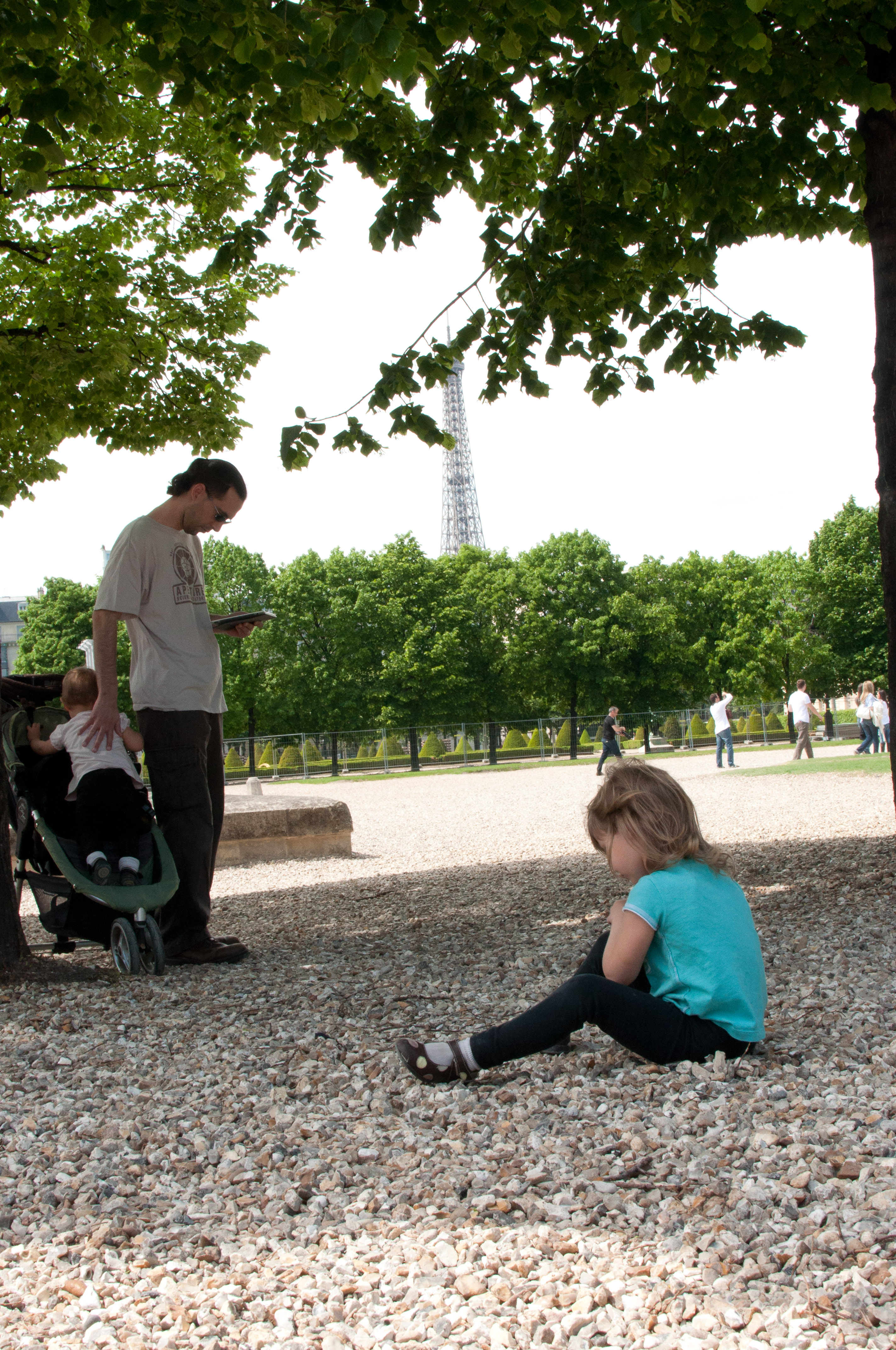 Celia, Jordi and Josie in the shade of Invalides, Tower in the background