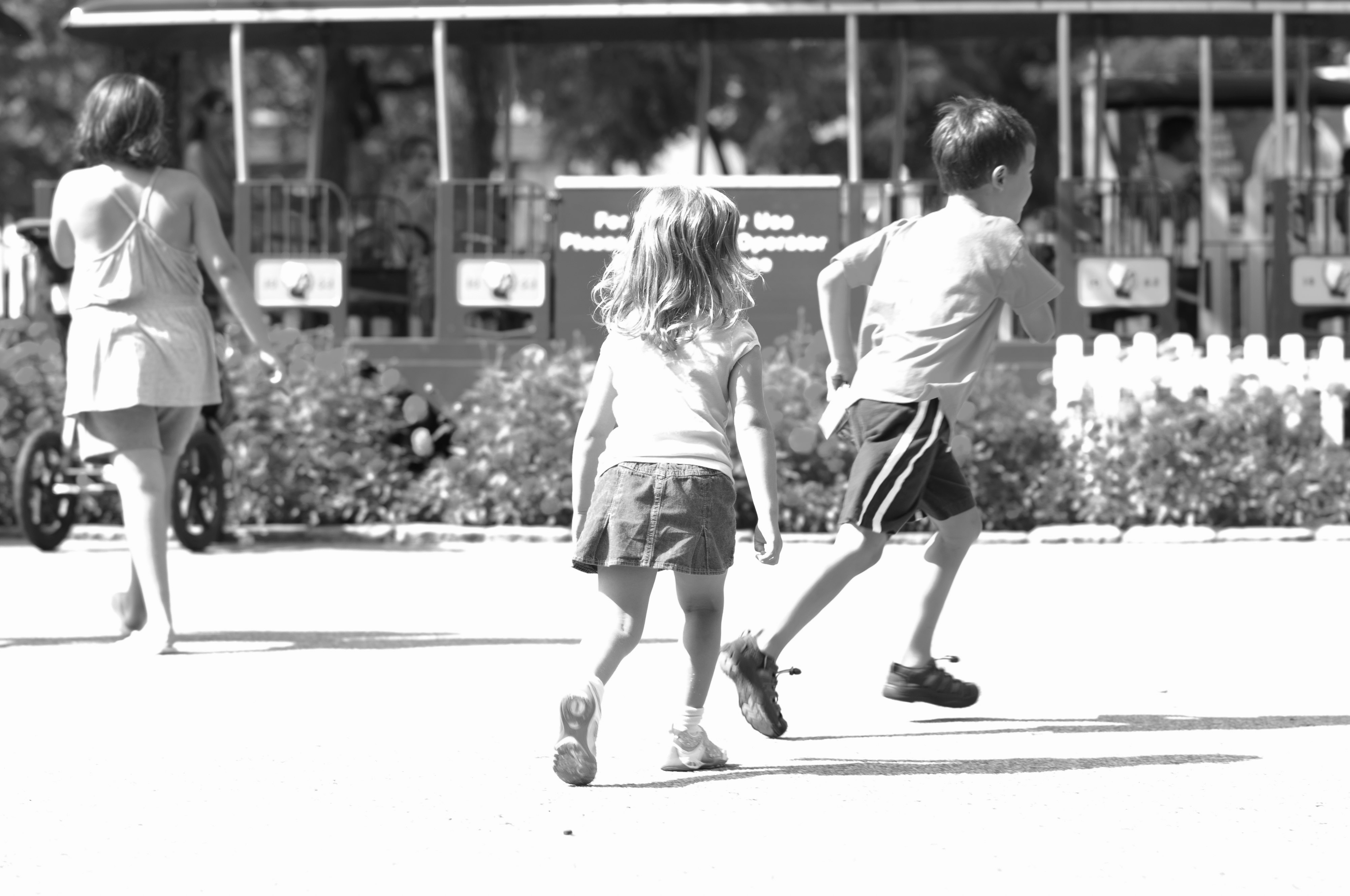Josie and Ethan running off to the rides