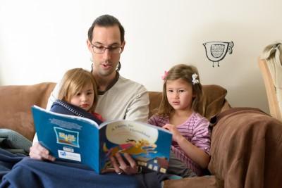 Jordi reading to the girls