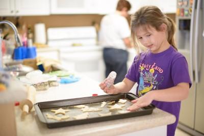 Josie making sandtarts